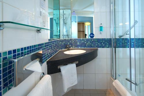 A bathroom at Holiday Inn Express Stevenage