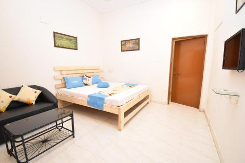 A bed or beds in a room at Solstice Beach Rooms Calangute