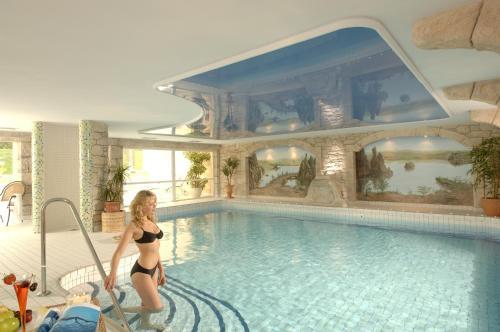 Der Swimmingpool an oder in der Nähe von Hotel Weisser Hof