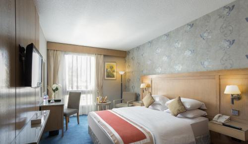 سرير أو أسرّة في غرفة في فندق و كازينو لو باساج القاهرة