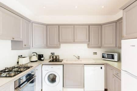 A kitchen or kitchenette at Regency apartment - private entrance & courtyard
