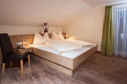A bed or beds in a room at Appartements Eden