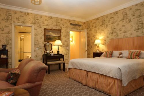A bed or beds in a room at Draycott Hotel