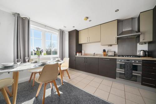 A kitchen or kitchenette at Modern Luxury 2 Bed Apartment 6 Guests En-Suite Netflix Wi-Fi