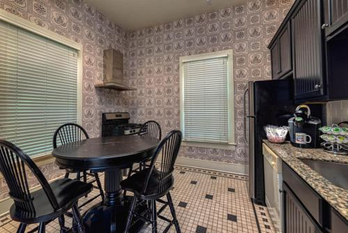 A kitchen or kitchenette at Fort Conde Inn - Mobile