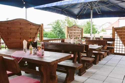 Ein Restaurant oder anderes Speiselokal in der Unterkunft Gasthof Krone Ochsenfeld