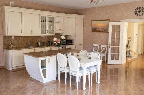A kitchen or kitchenette at KoenigHouse - Villa Forest