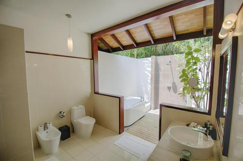 Ein Badezimmer in der Unterkunft Robinson Club Maldives Adults Only