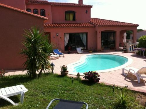 The swimming pool at or close to villa collioure