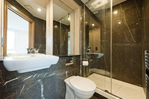 A bathroom at Comfortable two bedroom apt in the heart of Kings Cross Area