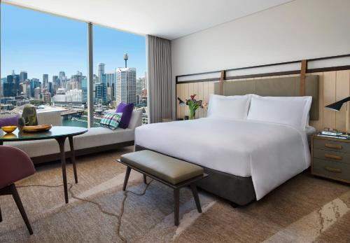 Sofitel Sydney Darling Harbour tesisinde bir odada yatak veya yataklar