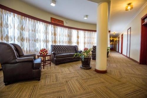The lobby or reception area at Sirikwa Hotel