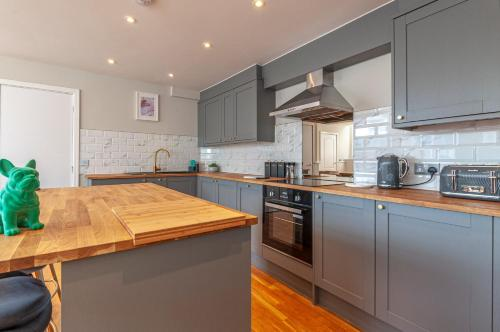 A kitchen or kitchenette at AirStay Premium Apartment