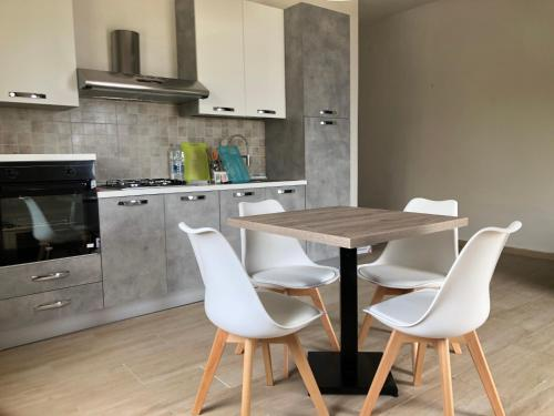 A kitchen or kitchenette at Villetta su Crastu Ruggiu