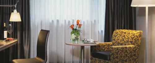A seating area at Mövenpick Hotel München-Airport