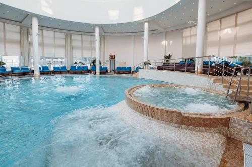 Бассейн в Ramada By Wyndham Yekaterinburg Hotel & Spa или поблизости
