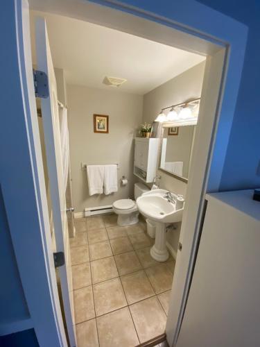 A bathroom at Guest suites on Benvenuto