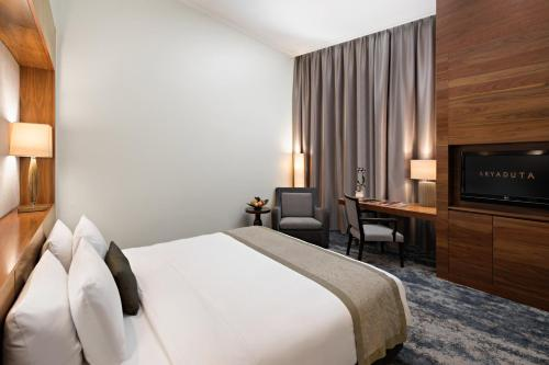 Tempat tidur dalam kamar di Aryaduta Medan