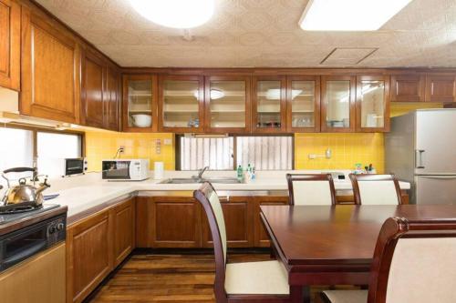 NahaCentaral_10Beds7roomsHouse_190sqm_FreeParkingにあるキッチンまたは簡易キッチン