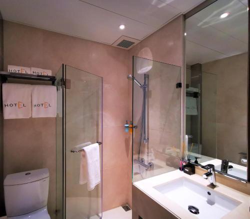 A bathroom at E Hotel Hong Kong