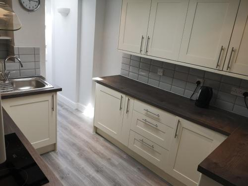A kitchen or kitchenette at Cavell Cottage