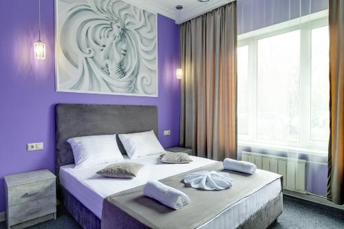 A bed or beds in a room at Eliton Brateevskaya Hotel