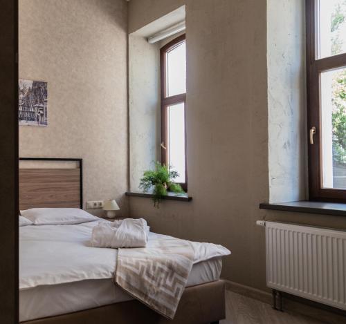 A bed or beds in a room at GALLERY INN (ГАЛЕРЕЯ ОТЕЛЬ)