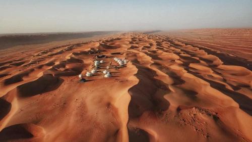 Blick auf Alsarmadi Desert Camp aus der Vogelperspektive