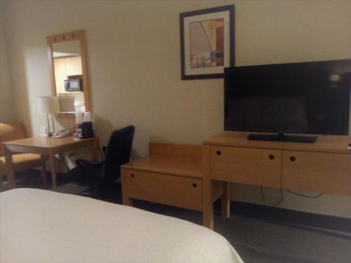 A television and/or entertainment center at Holiday Inn Express & Suites Monterrey Aeropuerto, an IHG hotel