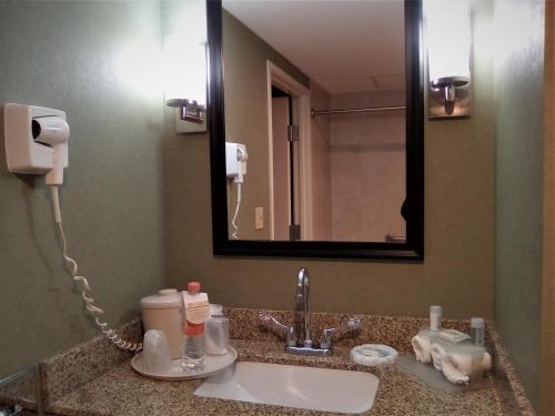 A bathroom at Holiday Inn Express & Suites Monterrey Aeropuerto, an IHG hotel