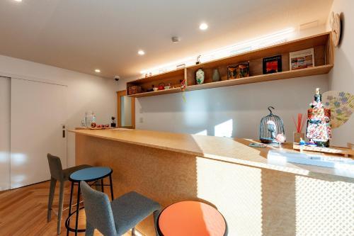 The lounge or bar area at plat hostel keikyu haneda home