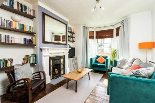 A seating area at NEW Super 3BD Family Home Stunning London Views