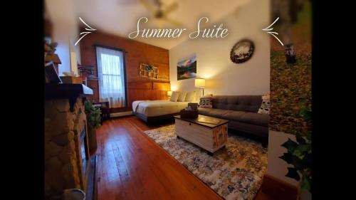 A seating area at Aspen Inn Summer Suite