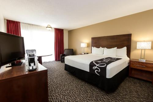 A bed or beds in a room at La Quinta by Wyndham Clearwater Central