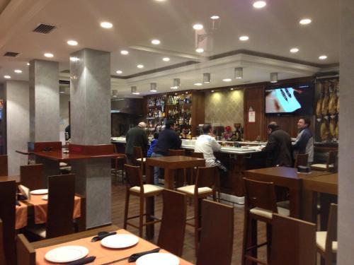 Un restaurante o sitio para comer en Hostal el Volao