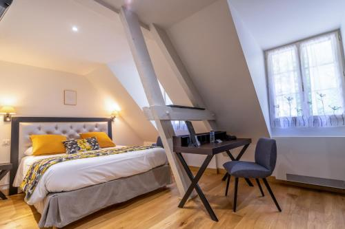 A bed or beds in a room at Hotel Beau Site - Rocamadour