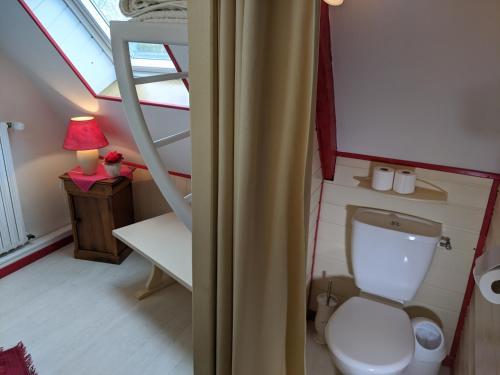 A bathroom at Les Bruyères du Mont
