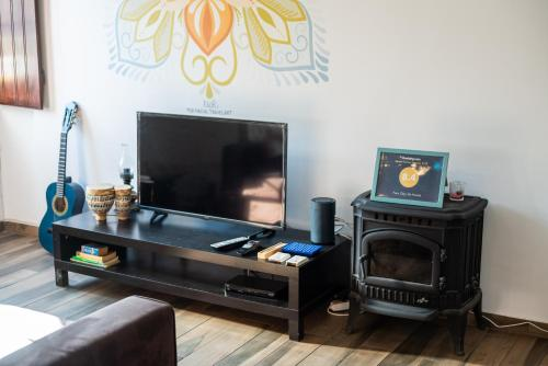 A television and/or entertainment centre at Faro City Life Hostel