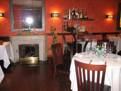 A restaurant or other place to eat at Les Berceaux