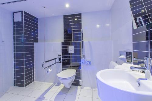 A bathroom at Holiday Inn Express Neunkirchen