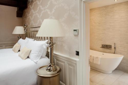 A bathroom at Fonab Castle Hotel