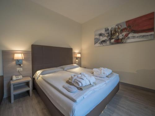 A bed or beds in a room at Hotel Capo Reamol
