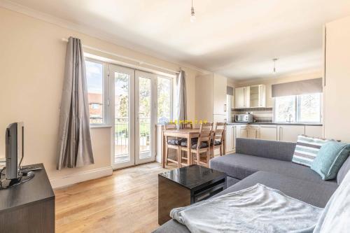Heathrow Apartment - private balcony & FREE PARKING!
