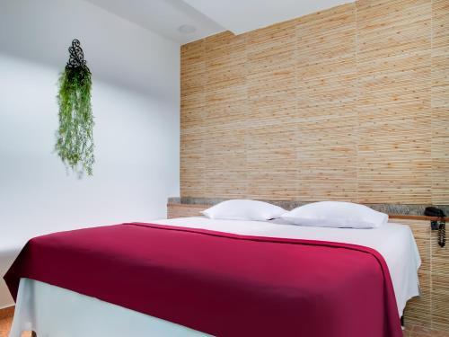 Cama ou camas em um quarto em OYO Hotel Pareto