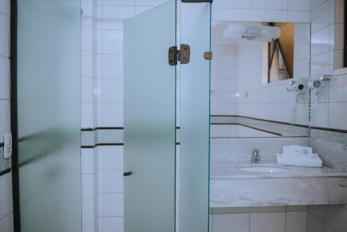 A bathroom at Alphaville Hotel