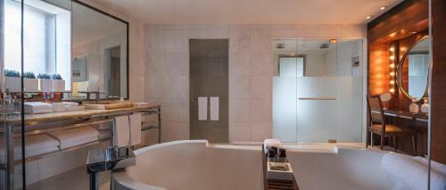 A bathroom at Hotel Fasano Rio de Janeiro