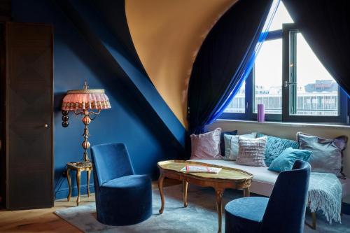 Ein Sitzbereich in der Unterkunft 25hours Hotel The Royal Bavarian