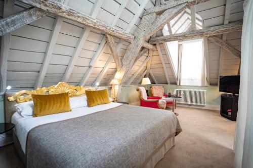 Ein Bett oder Betten in einem Zimmer der Unterkunft Hotel Le Place d'Armes