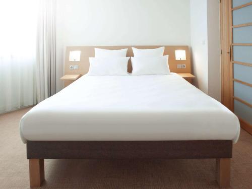 Кровать или кровати в номере Novotel Wolverhampton City Centre
