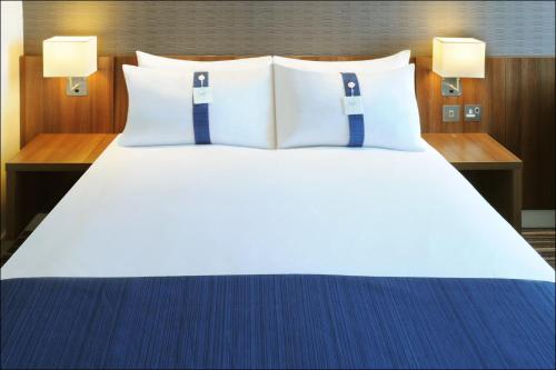A bed or beds in a room at Holiday Inn Express Birmingham Snow Hill